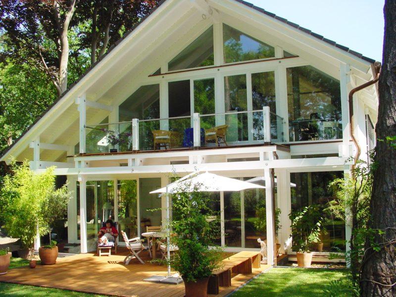 Architektenhaus in fachwerkbauweise mit wei er for Fachwerkhaus konstruktion