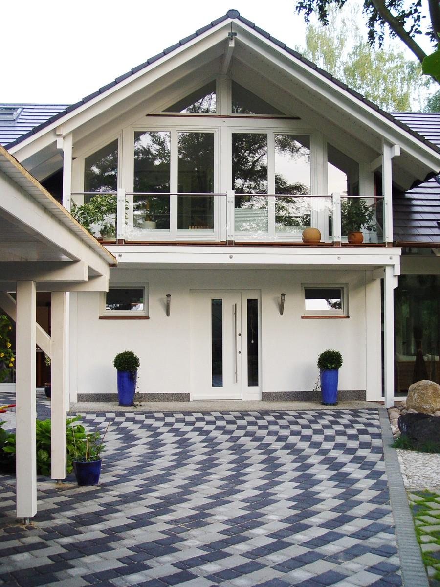 Architektenhaus in fachwerkbauweise mit wei er for Holz fachwerkhaus