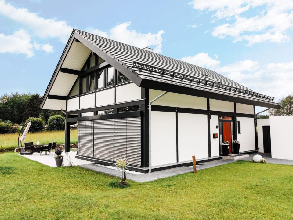 Concentus Modernes Landhaus Fachwerkhaus Schwarz Weiss Holzskelett