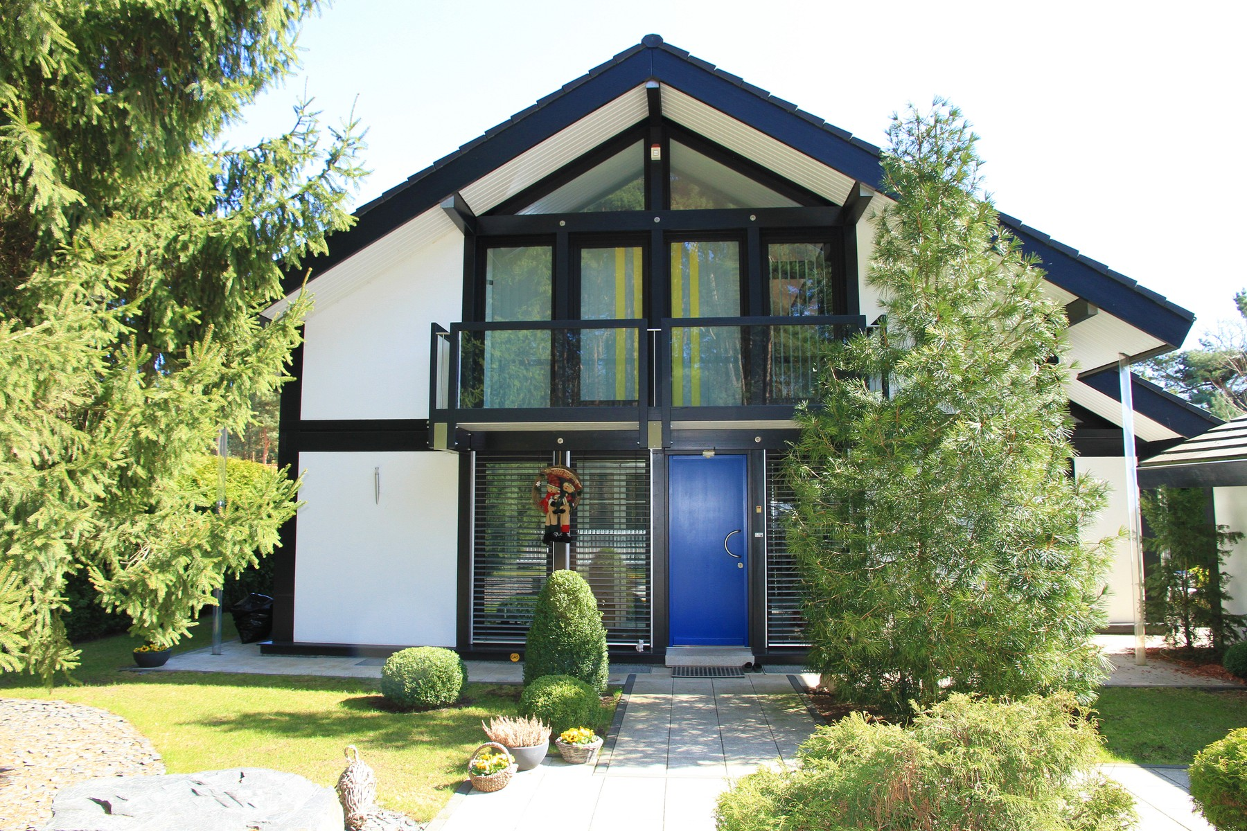 Fachwerkhaus modern mit dunkler konstruktion und modernem for Modernes landhaus bauen