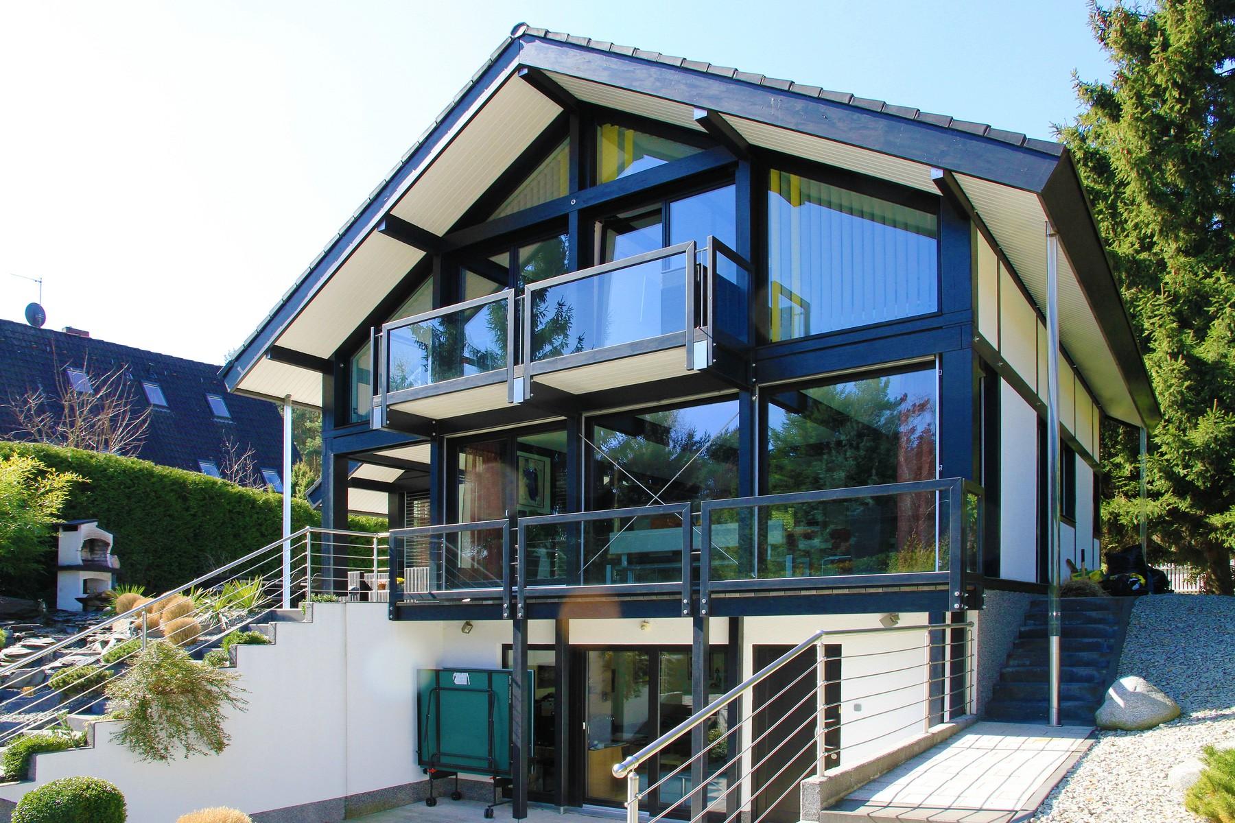 Fachwerkhaus modern mit dunkler konstruktion und modernem for Fachwerkhaus konstruktion