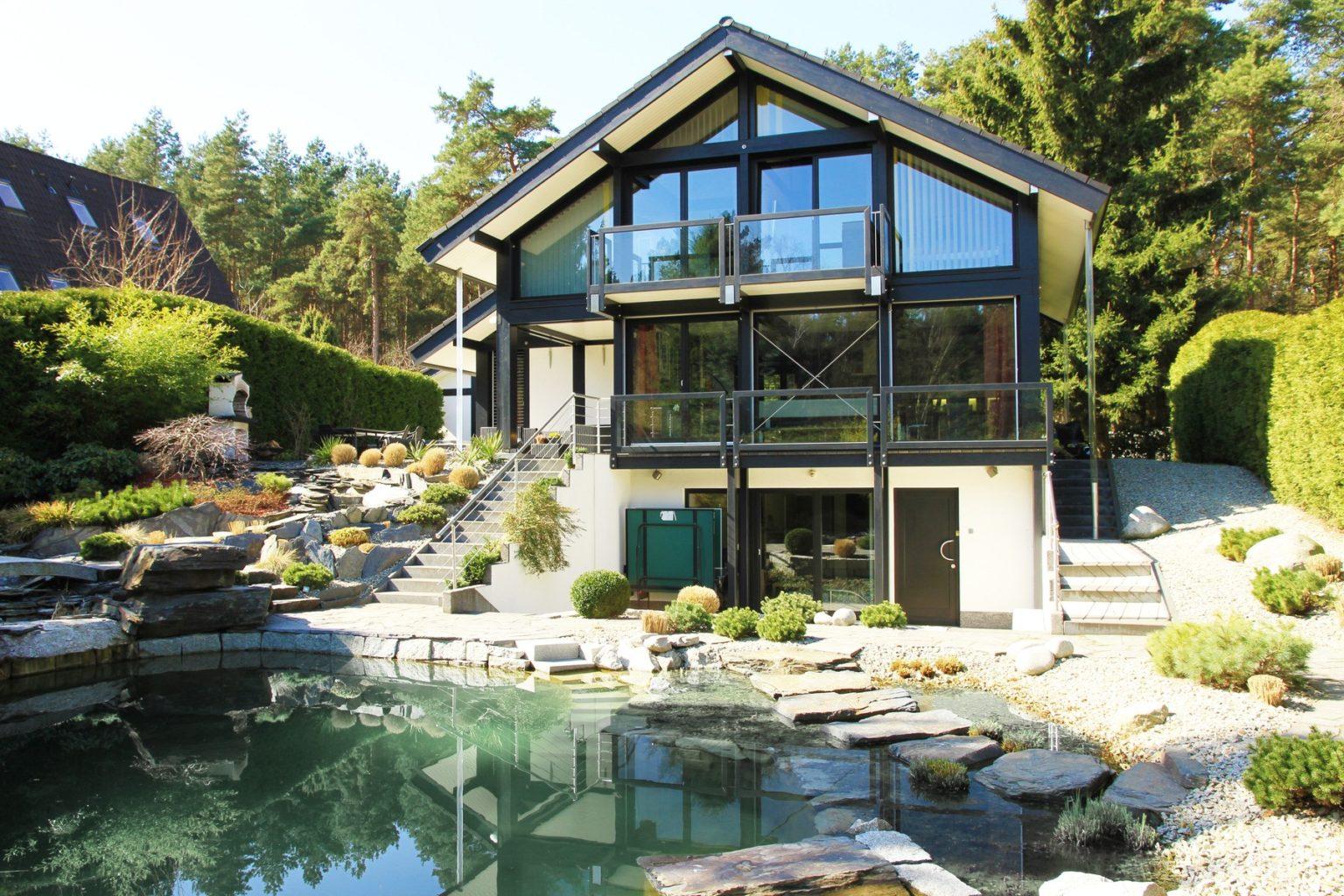 Fachwerkhaus modern mit dunkler Konstruktion und modernem Ambiente ...