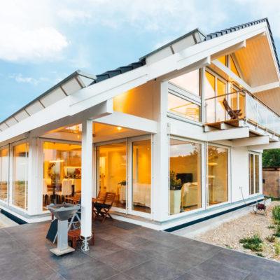 concentus modernes fachwerkhaus Modernes Fachwerkhaus in weiß mit viel Licht und Raum zum Leben