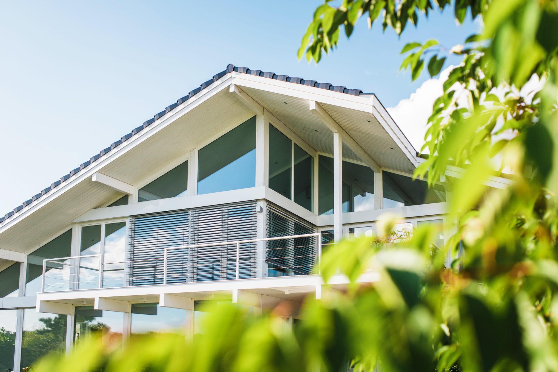 Modernes fachwerkhaus am see gro z gige architektur im for Fachwerkhaus konstruktion